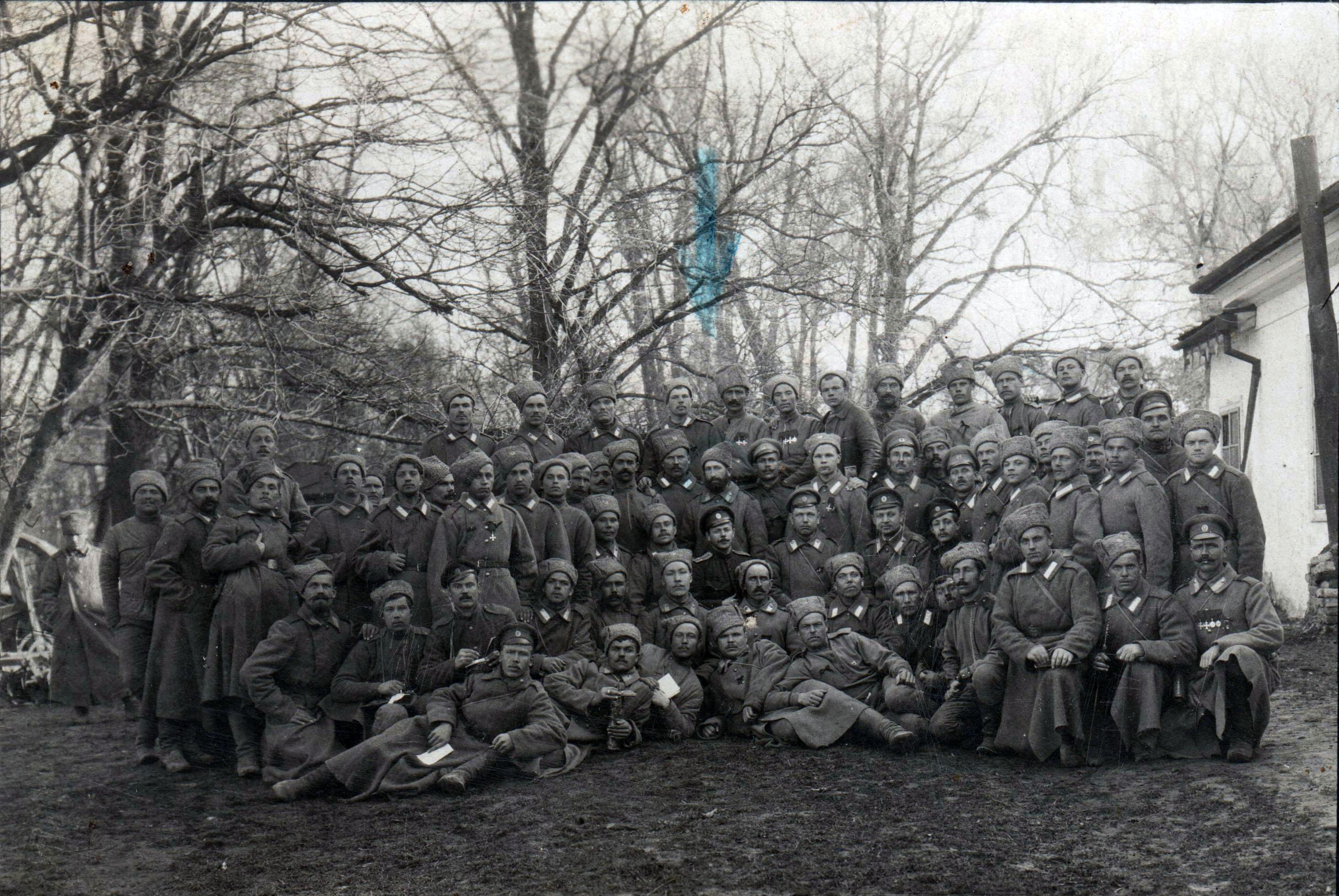 Целикин Лука Михайлович в полку (с бородой, по центру над офицером).