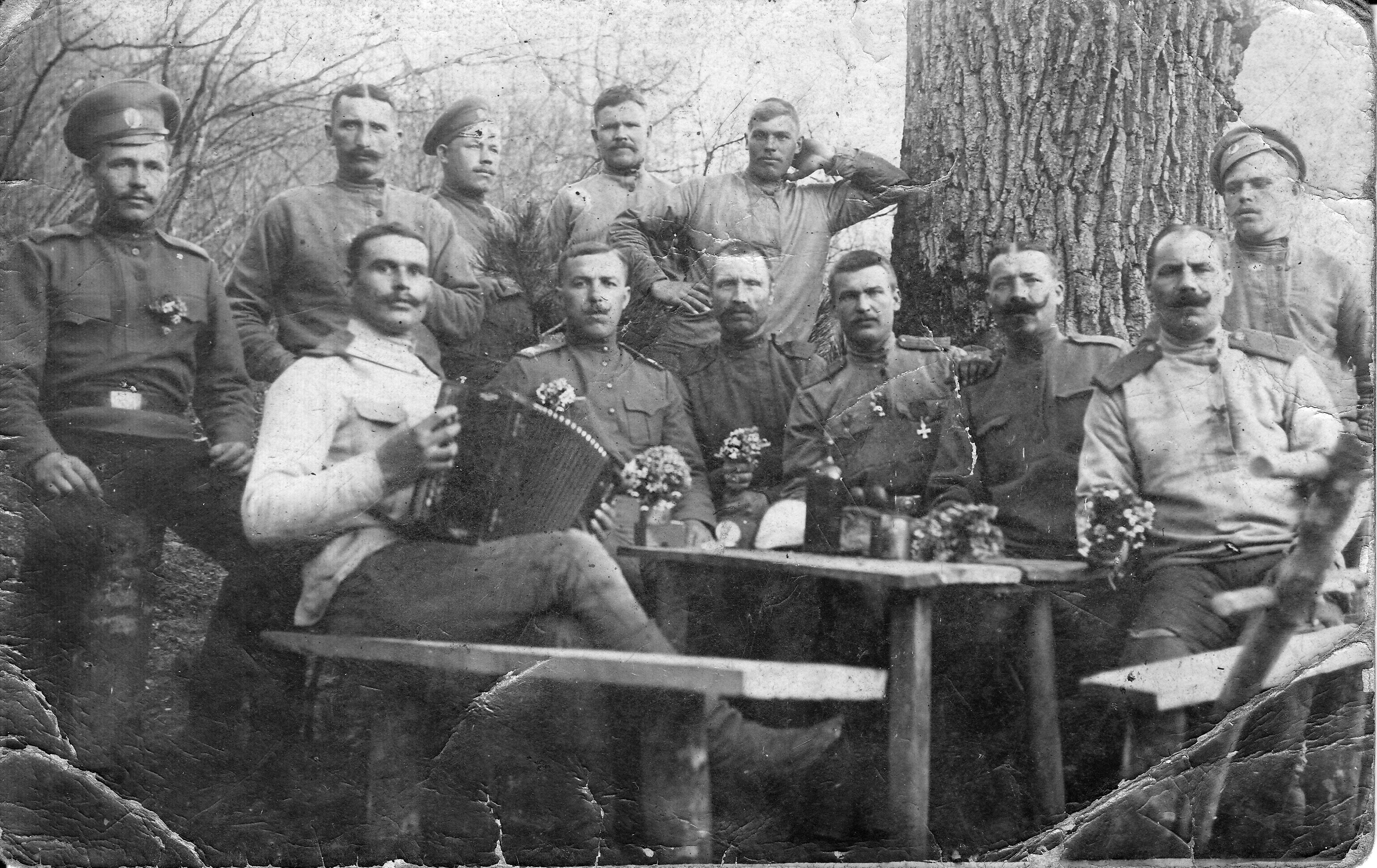 Калмыков Иван Тимофеевич за столом. Пасха 1917 года на фронте.