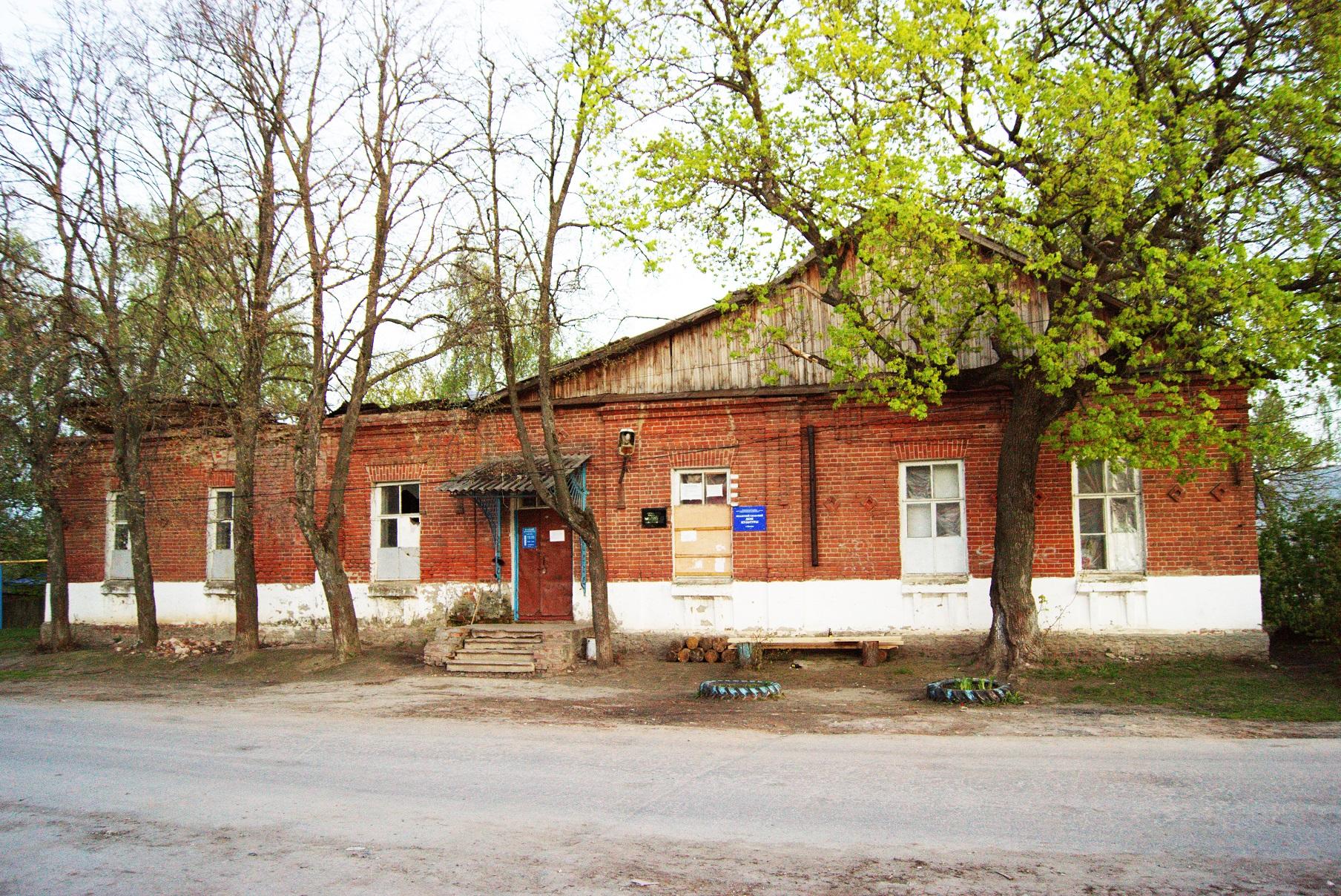 Здание бывшей земской школы в Исадах (ныне сельский клуб). Вид с севера. 2015.