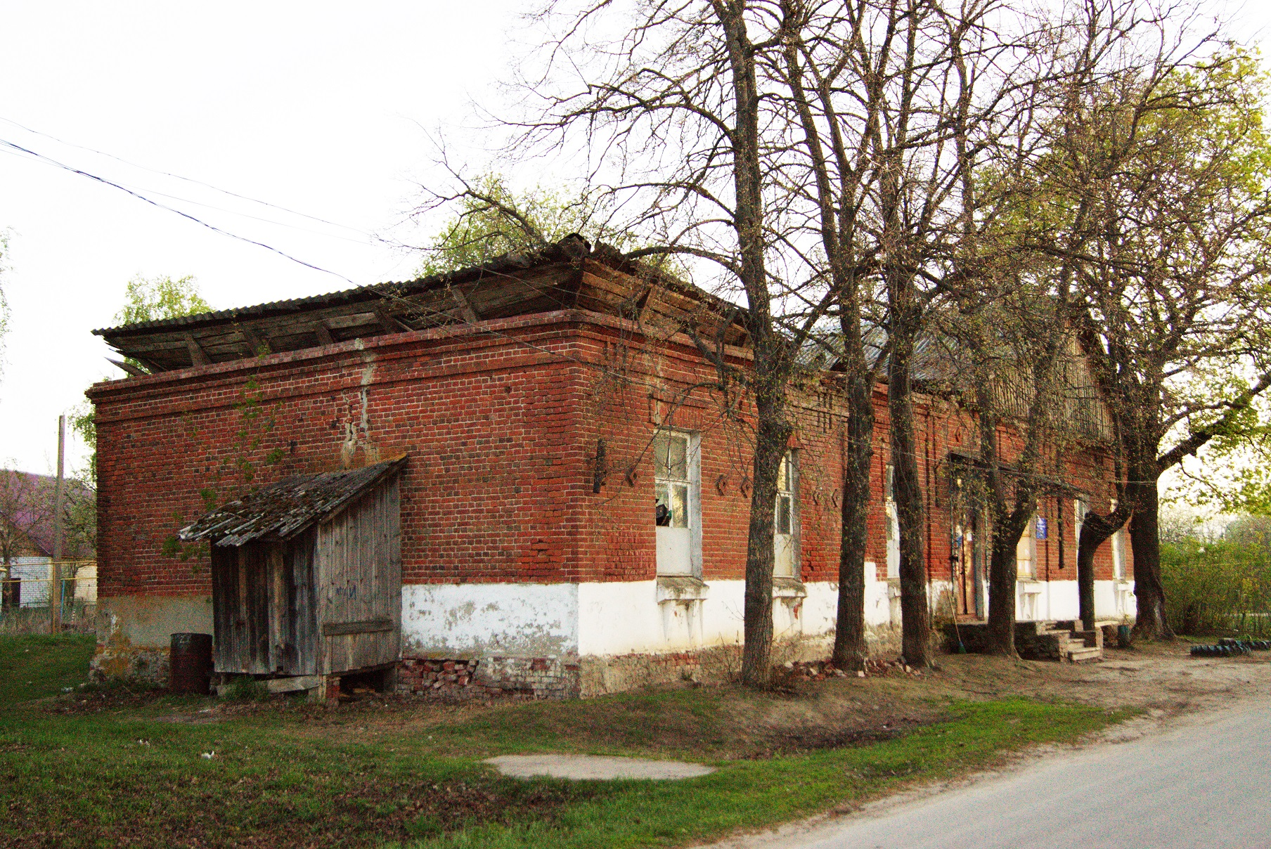 Здание бывшей земской школы в Исадах (ныне сельский клуб). Вид с северо-востока. 2015.