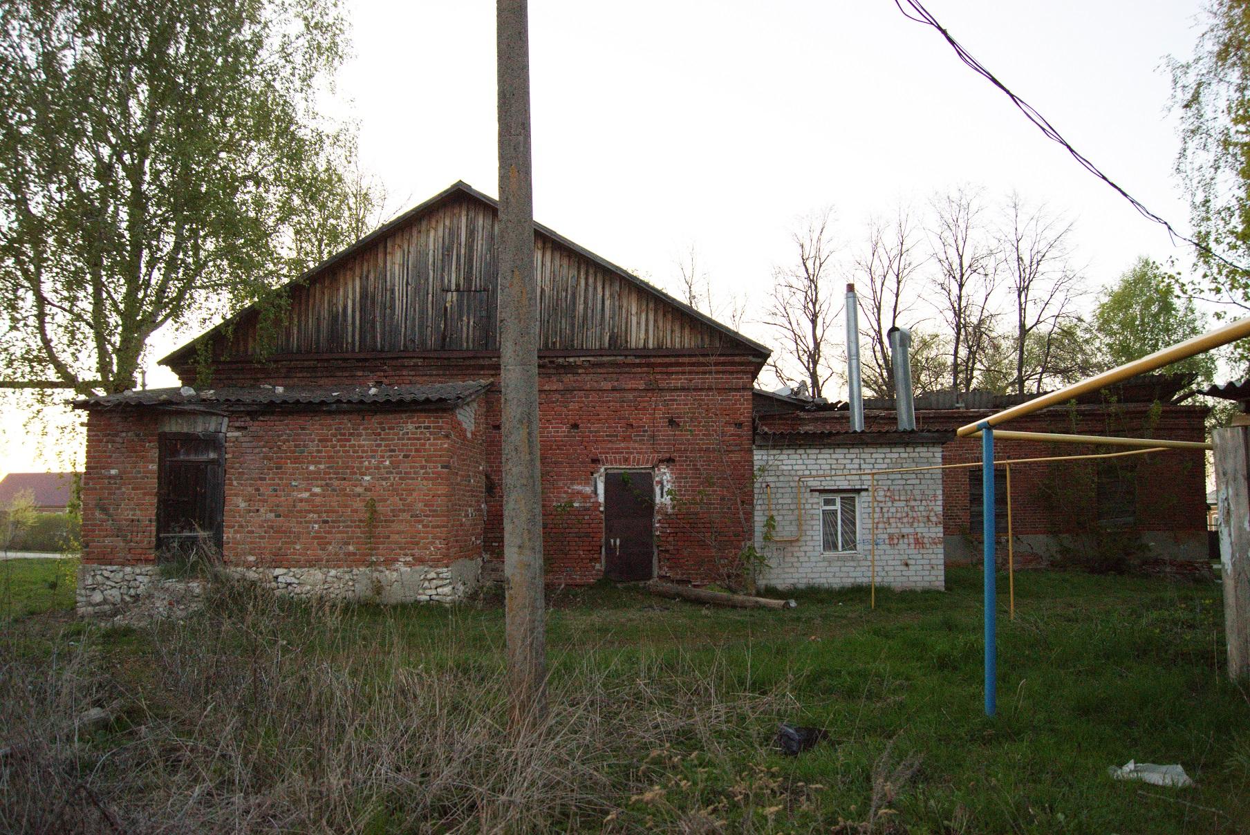 Здание бывшей земской школы в Исадах (ныне сельский клуб). Вид с юга. 2015.