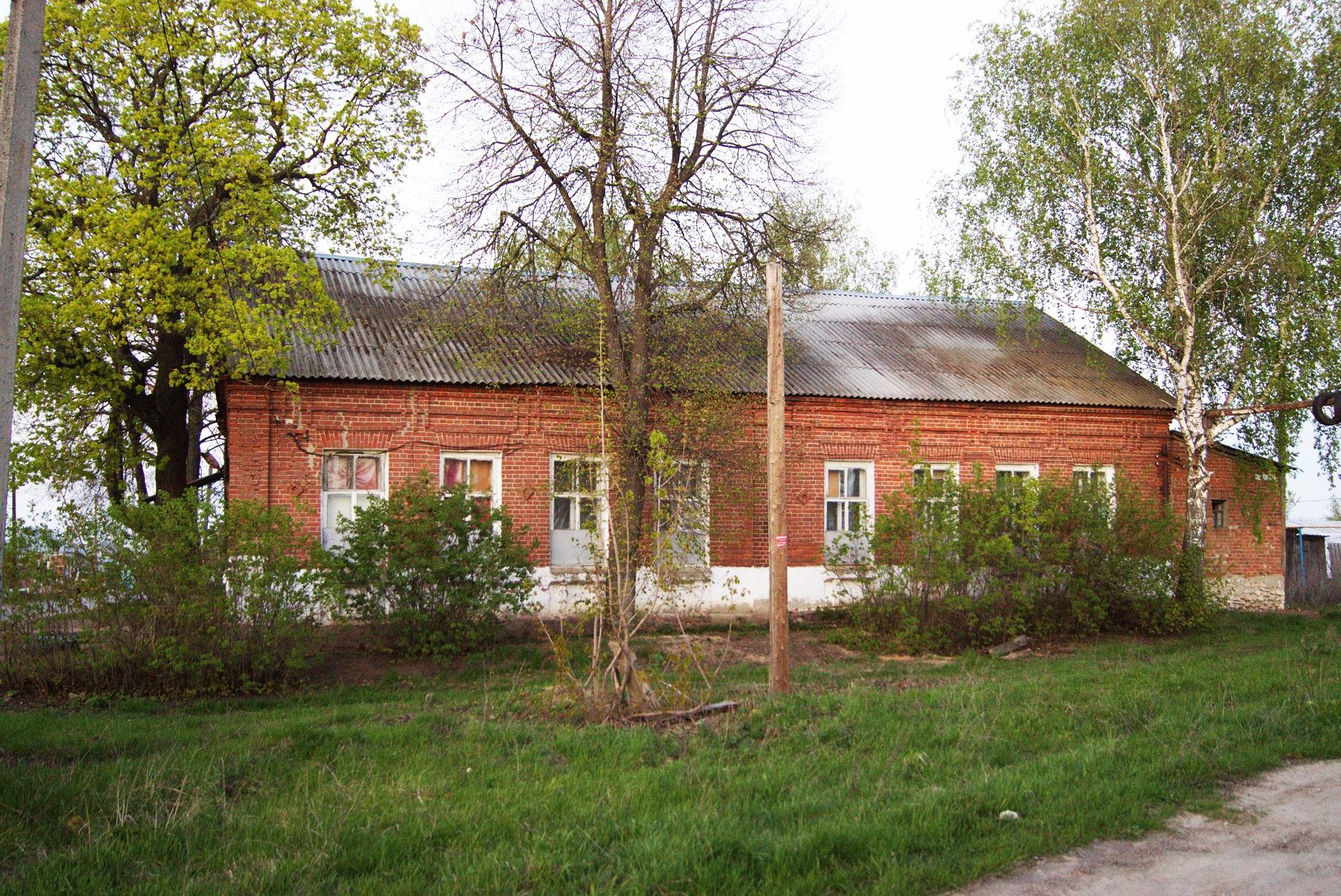Здание бывшей земской школы в Исадах (ныне сельский клуб). Вид с запада. 2015.